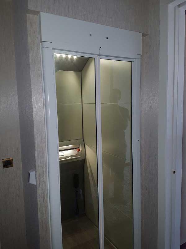 Un ascenseur Aritco 4000 avec sa plateforme élévatrice