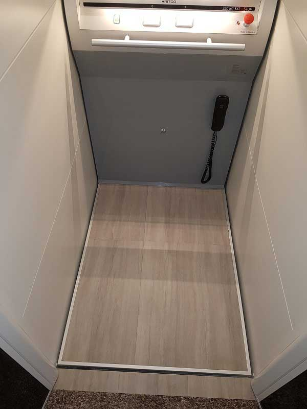 L'intérieur d'un ascenseur pour fauteuil roulant