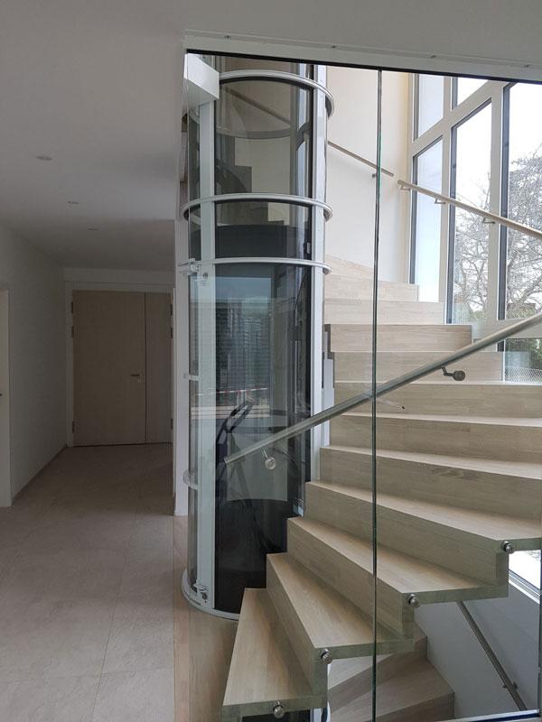 Un ascenseur de luxe à côté d'un escalier